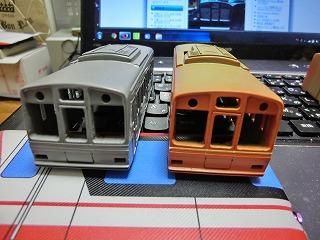 GM9番塗装終了の後部車とGM11番塗装終了の先頭車