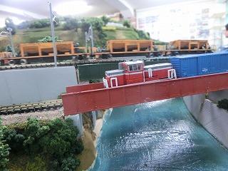 渓谷から続く川に架かるガーター橋