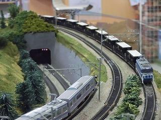 山を下りてくる秩父鉄道の貨物列車