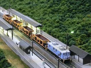 山合いの小さな駅に停車中の近江鉄道の工事列車