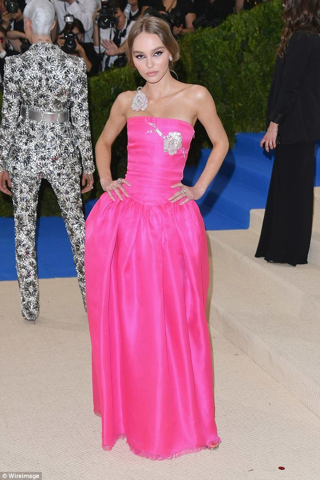3FD448E700000578-4464730-Hot_pink_Lily_Rose_Depp_looked_as_pretty_in_pink_wearing_Chanel_-a-73_1493701559068 (1)