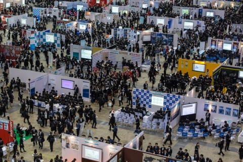 College_Students_Attend_Job_Fair_Japan_9LVDZ8IHsBel.jpg