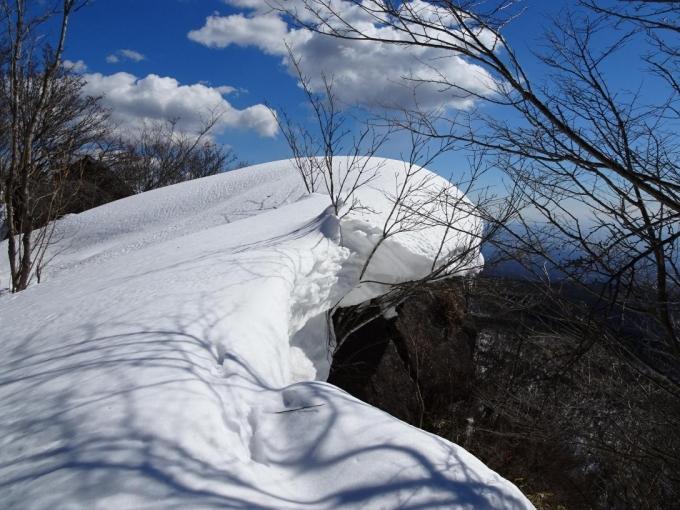 岩屋にのしかかる雪