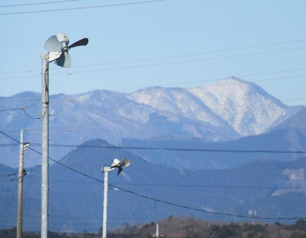 遠くの山々は雪だ