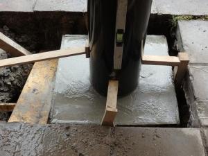 新しいポストの台をセメントで固定