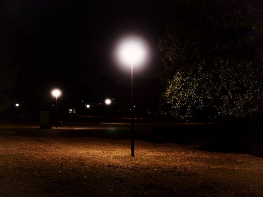 夜の広場にて