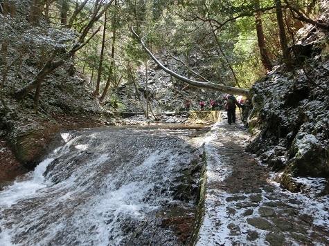 9 済浄坊の滝の横を行く