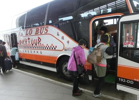 10 専用バスに乗り込む