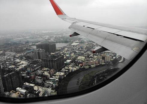8 台北桃園国際空港へ着陸寸前