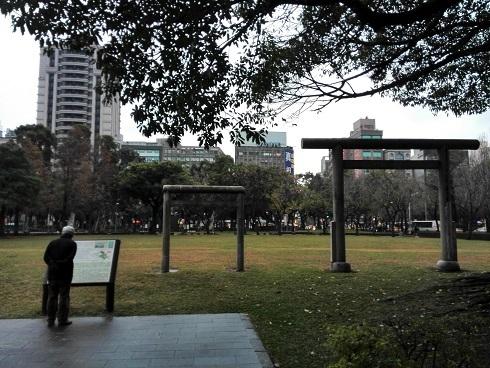 14 ホテルの前の公園