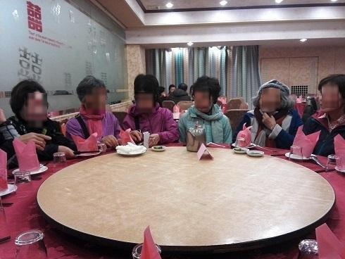 13 夕食の中華料理を待つ