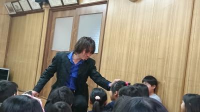 関西、大阪のマジシャン・大道芸人Entertainer MIKIYAが大阪府高槻市の西真上クラブ(子供会)にて出張パフォーマンス(パフォーマー派遣、マジシャン派遣)。バケツとコイン。マイザーズドリーム。コインがどんどん出てくる出現マジック。観客の女の子の髪の毛からコインが出現。