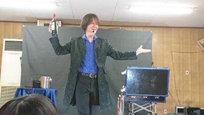 関西、大阪のマジシャン・大道芸人Entertainer MIKIYAが大阪府高槻市の西真上クラブ(子供会)にて出張パフォーマンス(パフォーマー派遣、マジシャン派遣)。ワインボトルプロダクション。風船を割ると赤ワインのビンが出現。