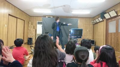 関西、大阪のマジシャン・大道芸人Entertainer MIKIYAが大阪府高槻市の西真上クラブ(子供会)にて出張パフォーマンス(パフォーマー派遣、マジシャン派遣)。コンタクトジャグリング。水晶玉パフォーマンス。ひじの裏側にクリスタルボールを静止させるインサイドエルボーストール。