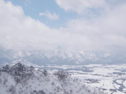 東泉田尾根分岐より飯士山を望む
