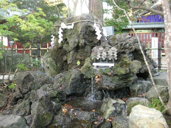 大國魂神社-水神社・さざれ石09