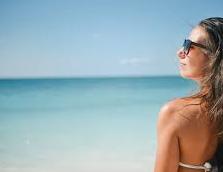 海辺 女性