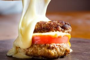 とろ~り溢れるラクレット 山小屋チーズの肉ハンバーガー