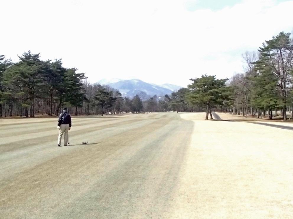 2017 3 28 ゴルフ 雪が残る山 ブログ用.jpg