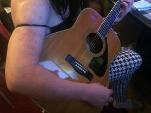 417先輩女装子会員の真央さんのギター