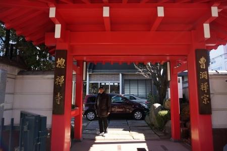 2総禅寺の前で下崎闊さん