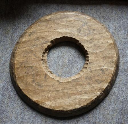 23中善寺の薬師如来像の天板に手塚光盛が描かれている