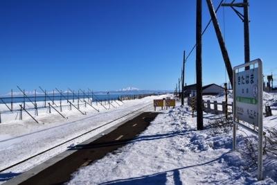 北浜駅ホームから望むオホーツク海と知床連山