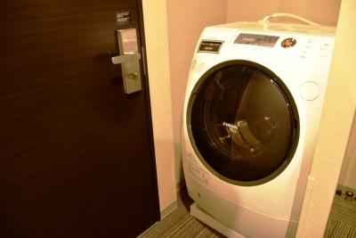 ビジネスホテルの客室に全自動洗濯機