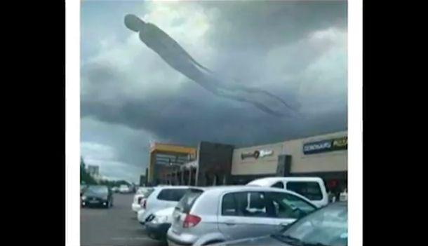 ザンビアのショッピングモール上空、全長100メートルの巨大なヒト型浮遊生物が出現!これは…!