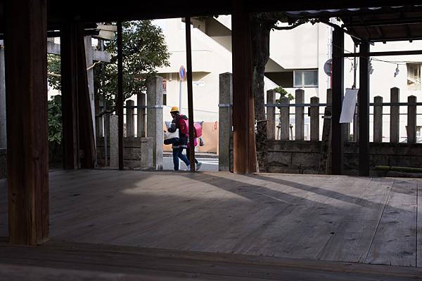 南押切神明社舞殿と下校中の小学生