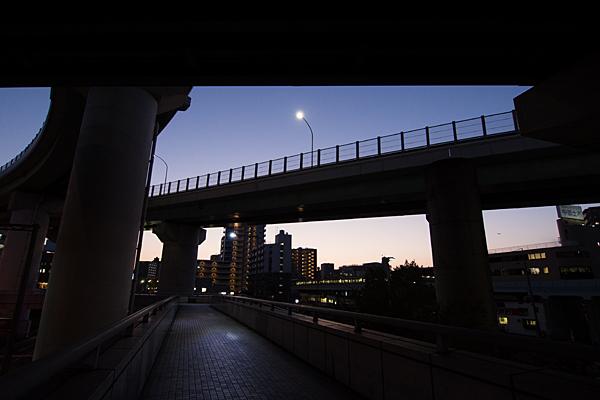 上社ジャンクション夜の歩道橋