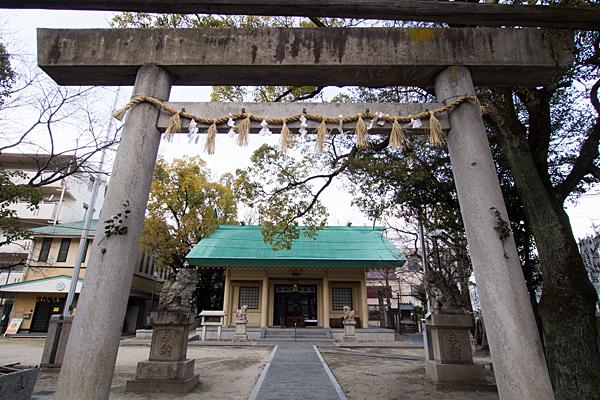 八王子神社一の鳥居越しの拝殿