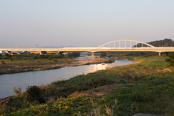 庄内川西日を受ける橋