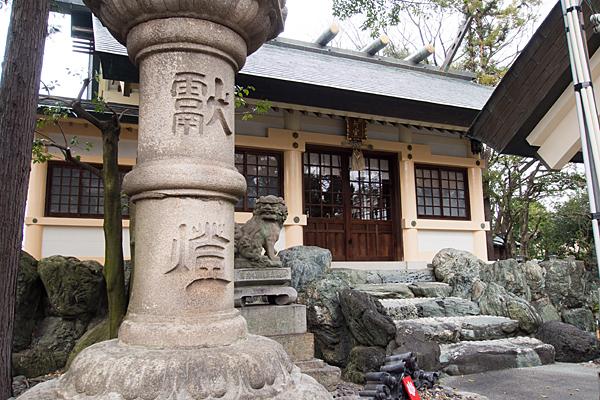 上飯田六所宮灯籠と拝殿