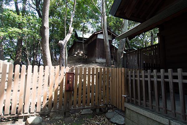 桜神明社本殿と古墳