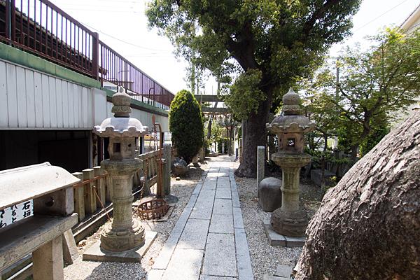 石神社参道と境内