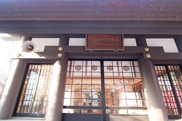 紀左衛門神社拝殿前