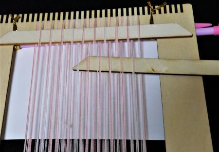 セリア手織りツール縦糸を拾う(紙を敷く)201703