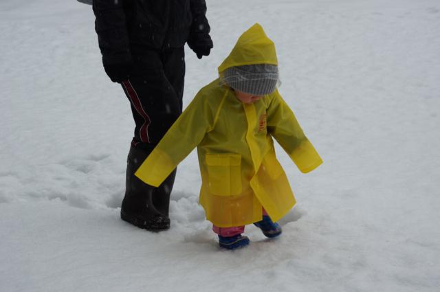 雪原を行く娘