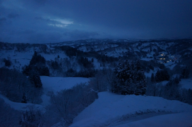 雪の山の夜明け
