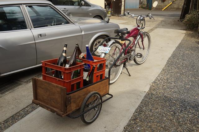 酒瓶を載せたリアカーを原付・バタバタ自転車・モペッドで