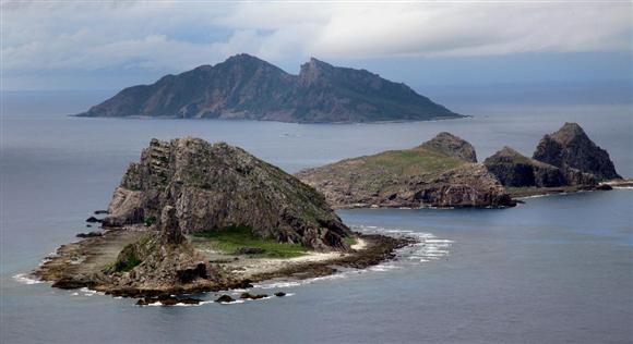 plt17022009090002-p4_尖閣諸島を含む東シナ海上空。手前から南小島、北小島、魚釣島(鈴木健児撮影)