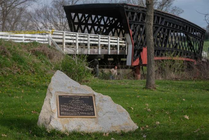 "sty1704160002-f3_消失した""マディソン郡の橋""橋の袂に設置された記念碑"