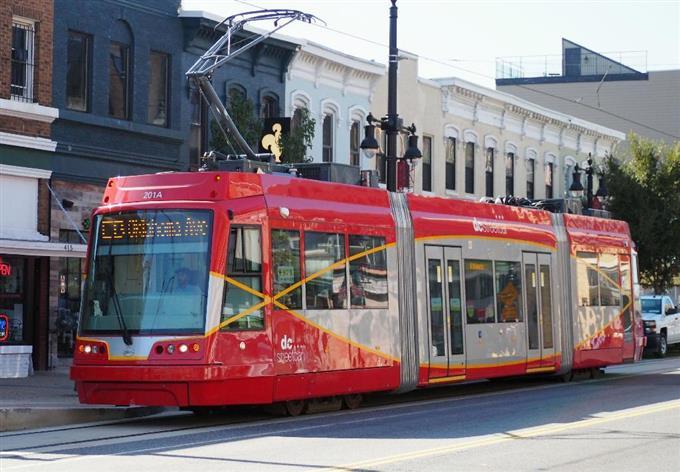 sty1704240016-f1_米首都ワシントンを走る路面電車=2016年10月(共同)