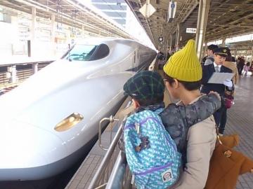 新幹線の到着を待つ息子。