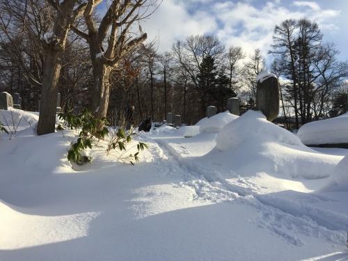 雪中の墓石