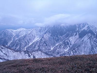 042205微かな雲間の対岸に谷川岳