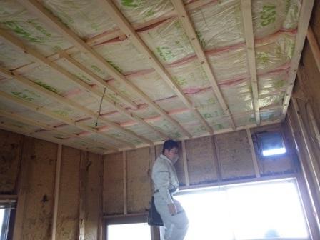 台所 天井断熱材入れ
