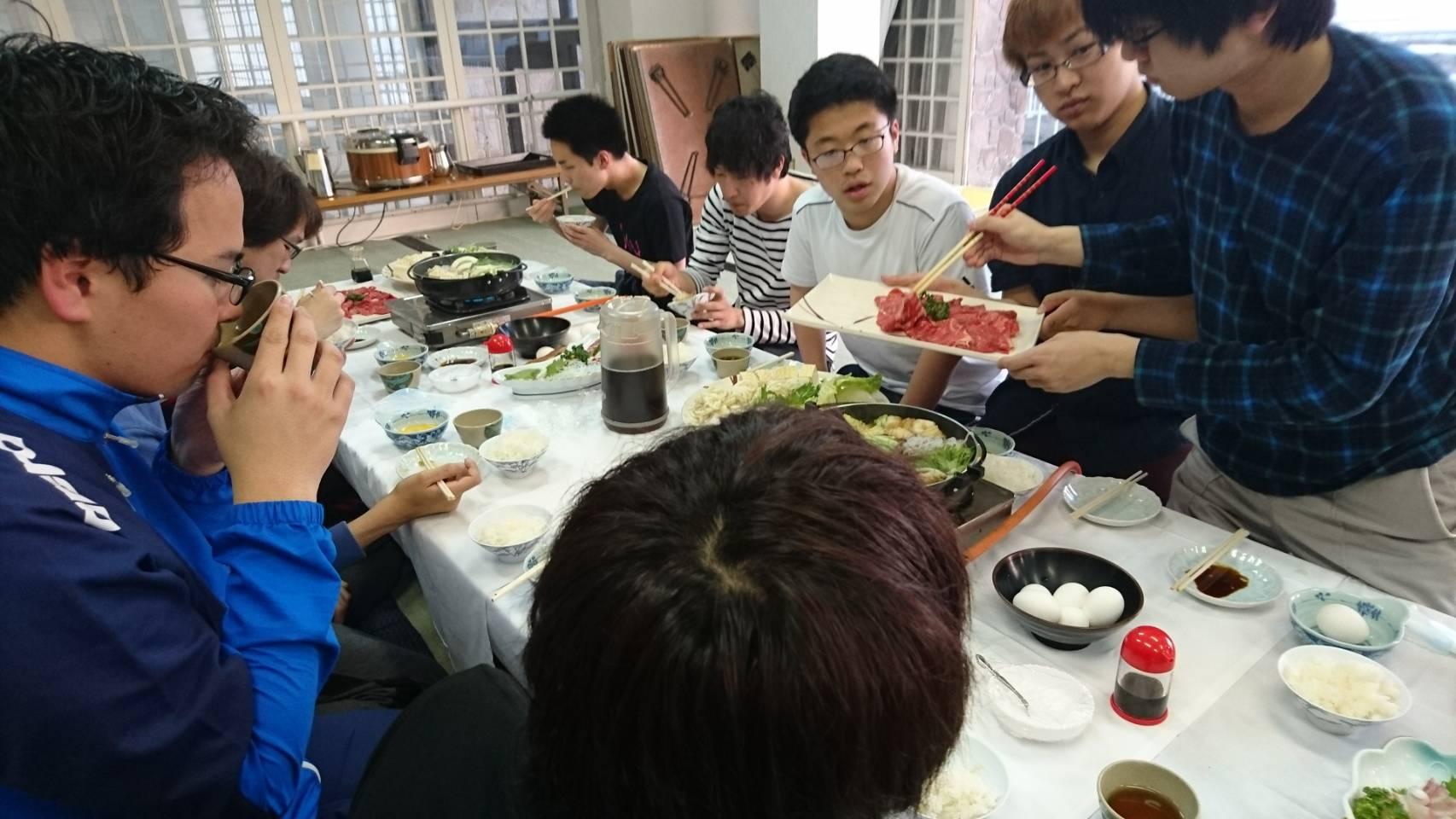 夕食の風景(新歓合宿2017)