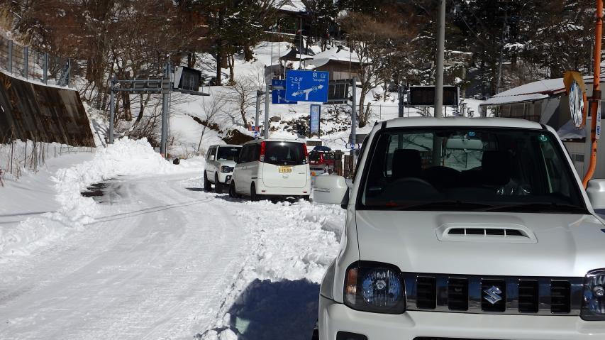 冬山登山客の車か?